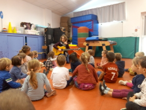 Emmanuelle, sa guitare et les élèves de MS.